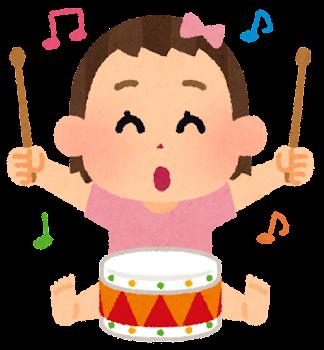 楽器で遊ぶ赤ちゃんのイラスト(太鼓・女の子)