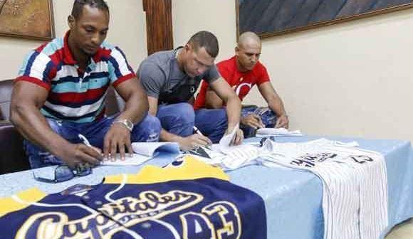 9 peloteros cubanos firmaron sus respectivos contratos hace solo unos minutos en el Salón de Protocolo del Estadio Latinoamericano.