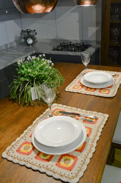 Прямоугольная салфетка на стол из ярких мотивов