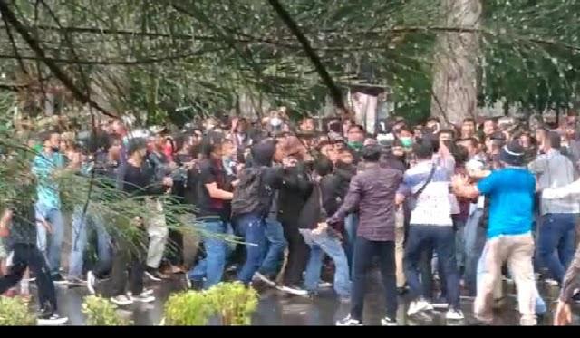 DPRD Pematangsiantar Tidak Ada Yang Keluar, Mahasiswa Bentrok Dengan Kepolisian