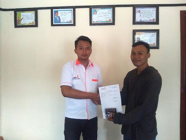 Staf Lazismu Jember, Agus Yanto menyerahkan dompet kepada pemiliknya Hendrik Maulana Wiwaha