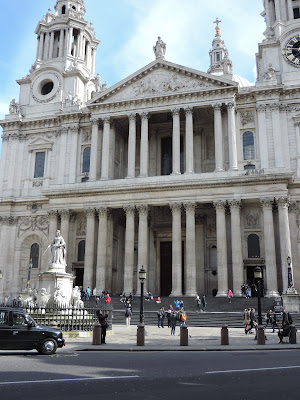 eating pret a manger on steps of st pauls cathedral