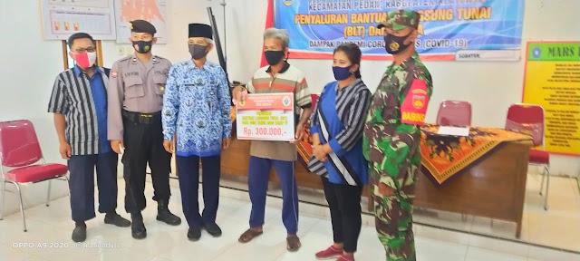 Babinsa Pedan Melaksanakan Pendampingan Penyaluran BLT DD Tahap IV Tahun 2020