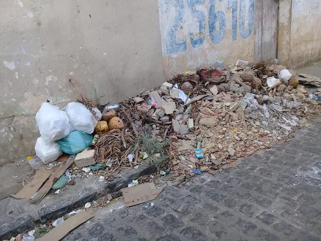 Leitor reclama de lixo jogado no Beco da Primor