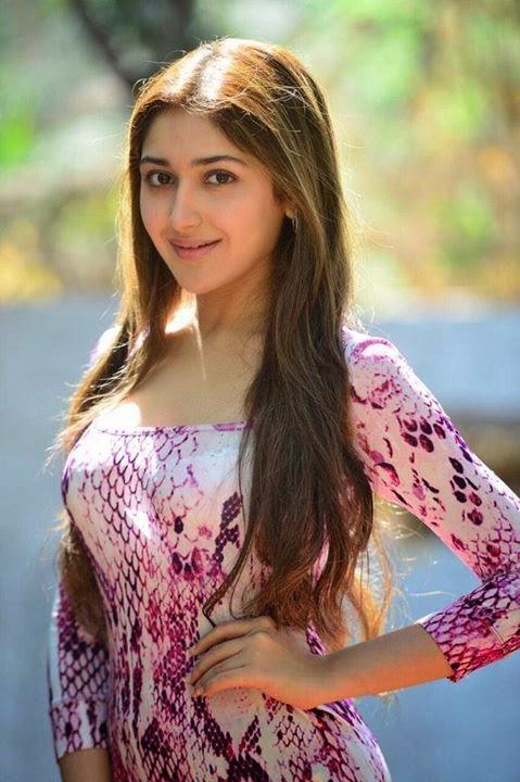 Sayesha Saigal hair style