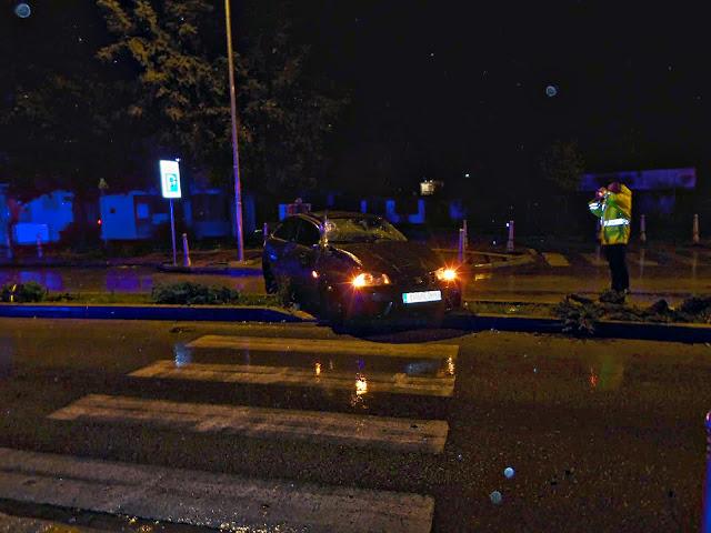 Τρελή πορεία ΙΧ τα ξημερώματα - Τραυματίστηκε η οδηγός (+ΦΩΤΟ)