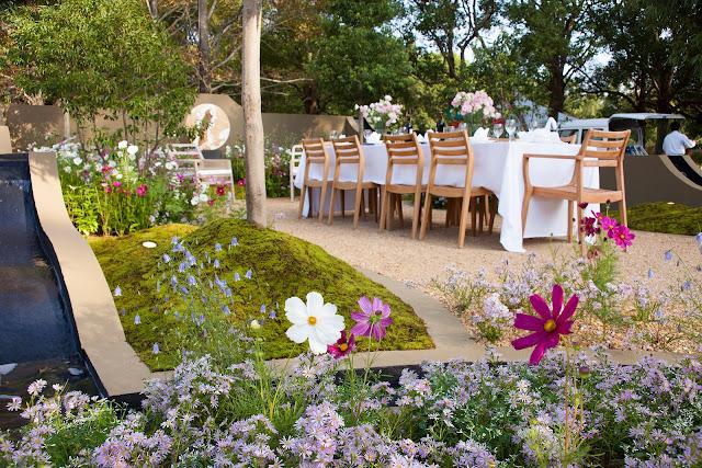 jardín urbano con zona de comedor