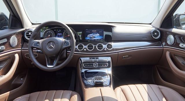 Bảng taplo Mercedes E250 2019 được ốp gỗ High-glos màu Nâu bóng trải dài trên bề mặt Taplo và 2 bên cửa