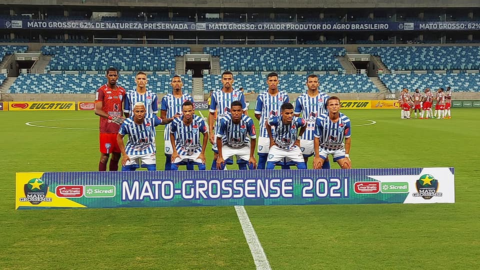 Atletas do Dom Bosco posam para foto oficial na Arena Pantanal