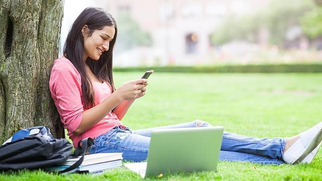 Investigadores británicos están llevando a cabo el mayor estudio del mundo para investigar si el uso de teléfonos móviles y otros dispositivos inalámbricos podría afectar al desarrollo cerebral en los niños. El estudio Cognición, Adolescentes y Teléfonos Móviles, o SCAMP, se centrará en las funciones cognitivas como la memoria y la atención, que continúa desarrollándose en los adolescentes, justo a la edad en que los jóvenes empiezan a tener sus propios teléfonos. Aunque no hay pruebas convincentes de que las ondas de radio de los teléfonos móviles afecten a la salud, hasta la fecha la mayoría de las investigaciones se