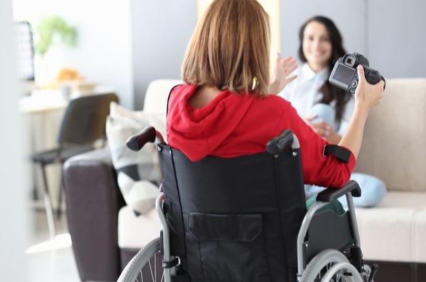 mujer-silla-ruedas-discapacitada-fotografía-apartamento-emociones-concepto-constancia-fortaleza
