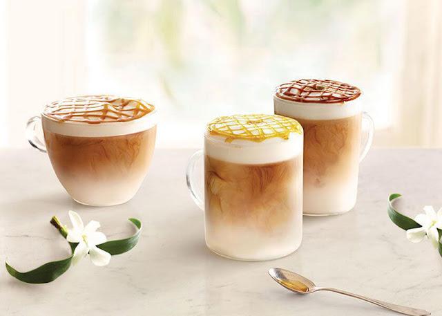Bột cacao, chocolate hay bột quế được rắc lên trên cùng để trang trí và tạo mùi thơm. Các tiệm cà phê luôn phục vụ Latte Machiato kèm bánh quy.