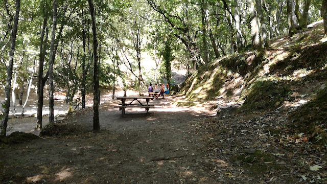 Mesas de Merendas ao lado da Zona fluvial da Queimadela