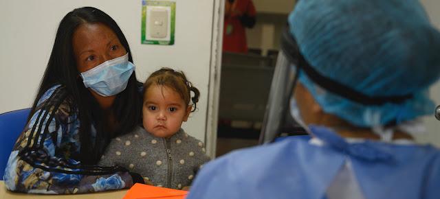 Una mujer y su hija en un hospital de Colombia durante la pandemia de COVID-19.OPS