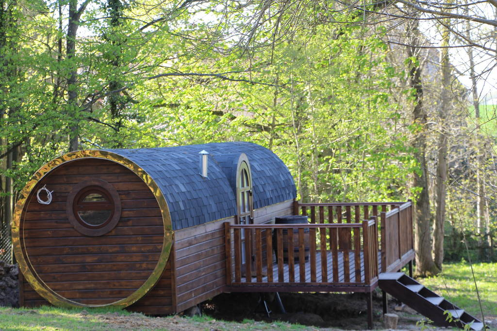 12-Airbnb-Barrel-Home-Architecture-in-an-Idyllic-Location-www-designstack-co
