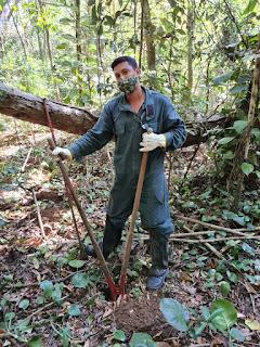 Jonathan Santos na preparação das covas
