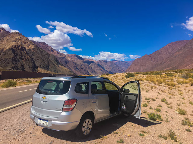 Carro na estrada em Mendoza, Argentina