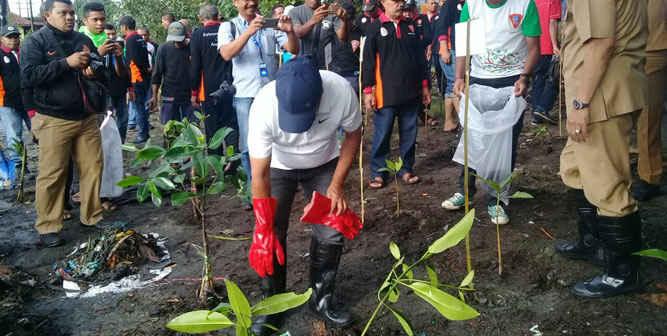 Pemerintah Kota (Pemkot) Ambon menggelar aksi bersih pantai dan penanaman mangrove di Desa Poka, Kecamatan Teluk Ambon, serangkaian memperingati Hari Lingkungan Hidup Sedunia Tahun 2018.