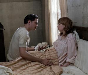 Bill Skarsgård y Haley Bennett en la cama