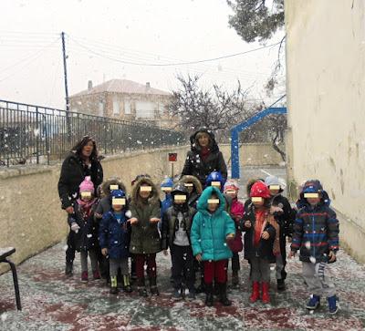 λίγο χιόνι στην αυλή μας!