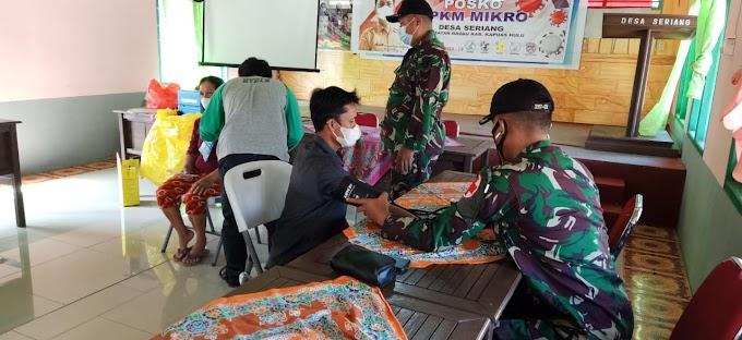 Anggota satgas 144/JY membantu Puskesmas Badau Gelar Vaksin Kedua di Batas Negeri