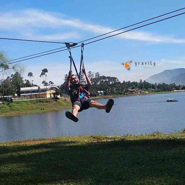 srrunya flying fox melintasi danau cileunca only di gravity adventure yang seru seperti ini
