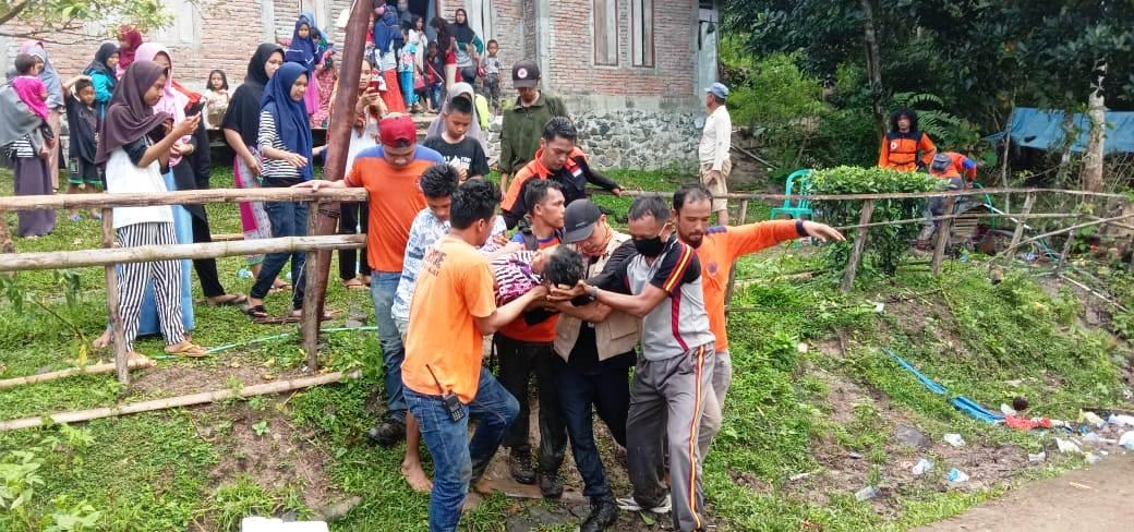 Pihak Kepolisian Mengevakuasi orang yang hilang di Kabupaten Sinjai