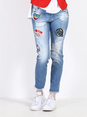 Foto jeans con applicazioni patch