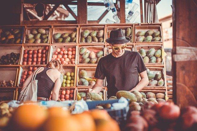 Jual Sayur Di Depan Pasar Tradisional