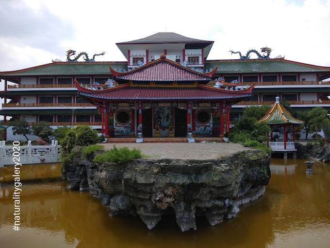 Main-main di Komplek Klenteng Kwan Sing Bio, Tuban