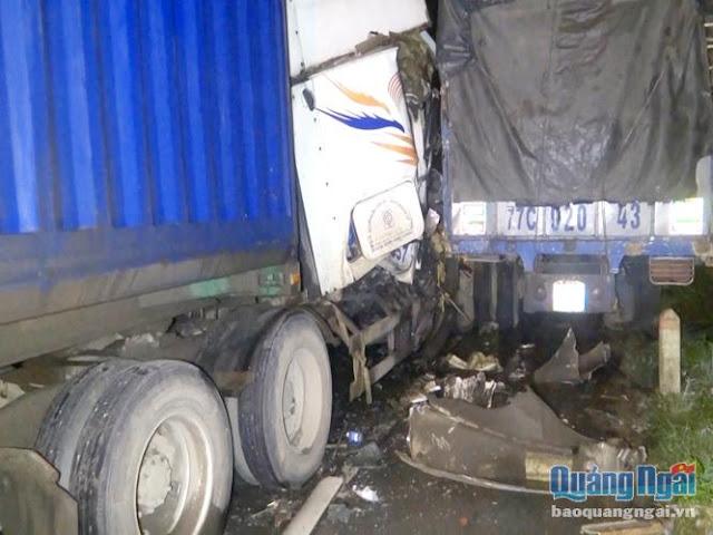 Đức Phổ: Xe container húc xe tải, 2 xe hư hỏng nặng
