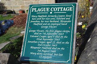Placa conmemorativa en Eyam, el pueblo de la peste