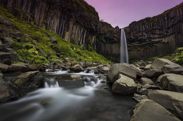 Bao quanh bởi những cột bazan ấn tượng, Svartifoss là một trong những thác nước có cảnh quan tráng lệ bậc nhất ở Iceland. Vẻ đẹp nghẹt thở của thác nước cao 20 m, đằng sau là những tảng đá được sắp xếp một cách có chủ ý của mẹ thiên nhiên đã truyền cảm hứng cho các nghệ sĩ trong nhiều thập kỷ qua.