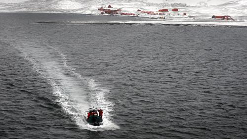 personal militar y científico rumbo al buque ARA Canal de Beagle
