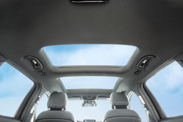 Mercedes GLC 300 4MATIC 2018 trang bị cửa sổ trời siêu rộng Panoramic