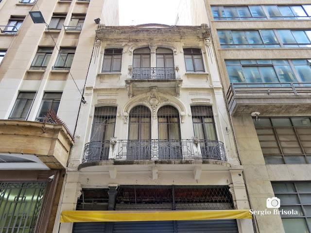 Vista ampla da fachada de uma antiga edificação na Rua do Tesouro - Centro Histórico de Sampa