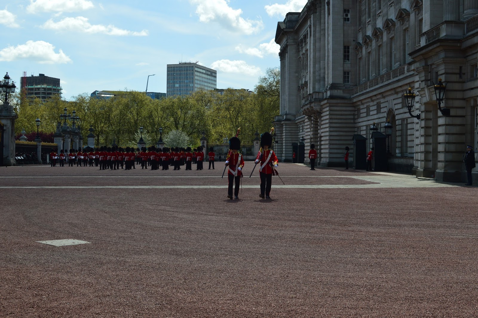 changing of the guards at buckingham palace |top things to do in london | top 10 things to see in London | what to do in London | Free things to do in London | Planning a London vacation
