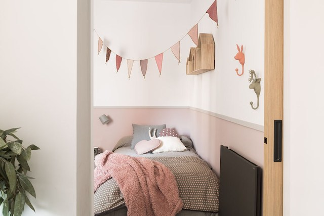 Dormitorio infantil pintado en dos colores (rosa y blanco)