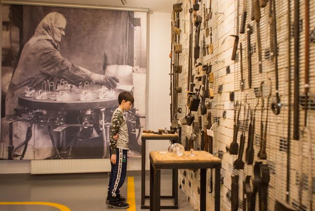 zwiedzanie muzeum w dawnej hucie szkła