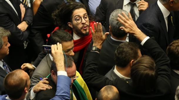 Jean Wyllys cospe em Bolsonaro