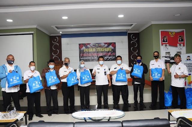 PWI Kota Bandung Bagikan Paket Sembako Untuk Warga Kecamatan Batununggal