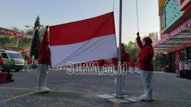 Upacara HUT Kemerdekaan RI ke-75, Pegawai RSI Siti Hajar Sidoarjo Kenakan Baju Hazmat