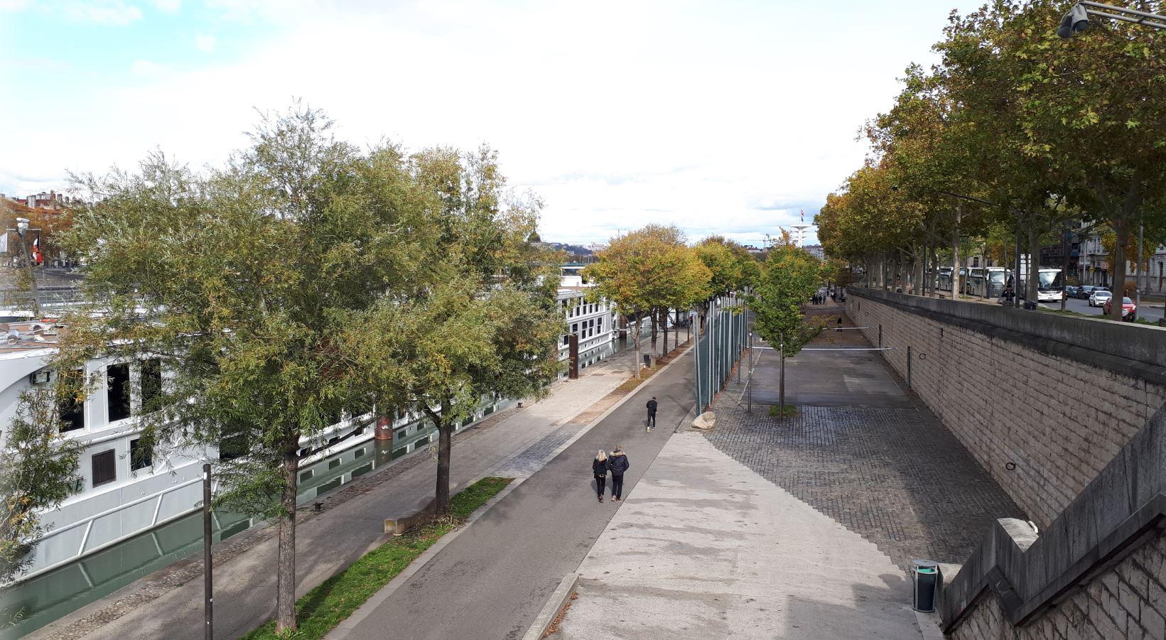 Faire de la trottinette sur les quais du Rhône à Lyon