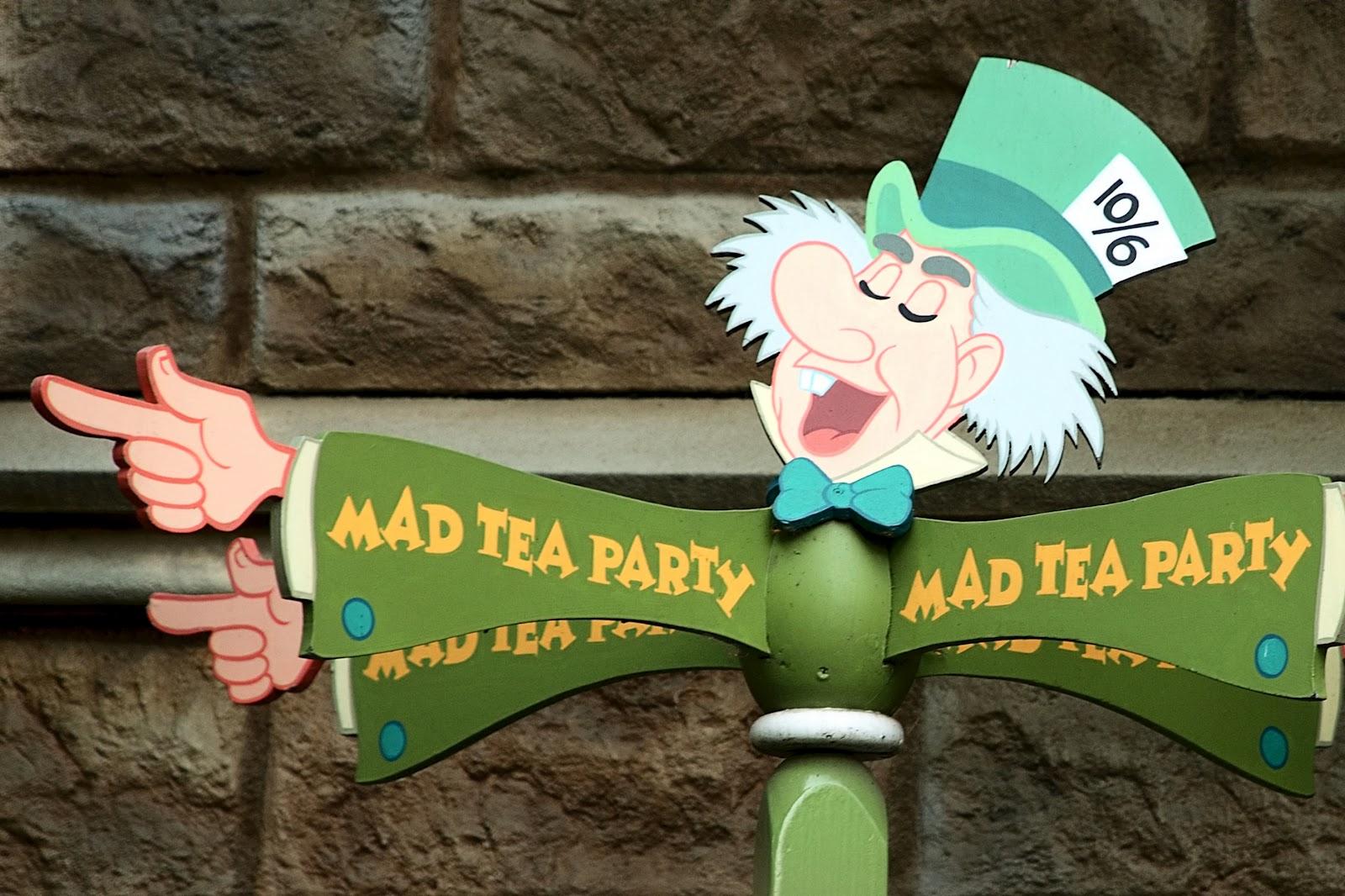 Alice In Wonderland Characters Disney Card Guards Alice or a card    Alice In Wonderland Characters Disney Card Guards