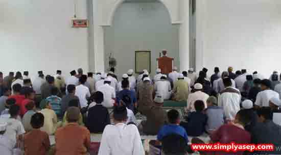 MAKMUR :  Jamaah memenuhi hampir separuh saat pelaksanaan Sholat Jumat perdana di Masjid Babussalam Duta Bandara Kubu Raya, Jumat (15/3) kemarin bahkan Jamaah dari Malaysia pun ikut hadir.  Foto Asep Haryono