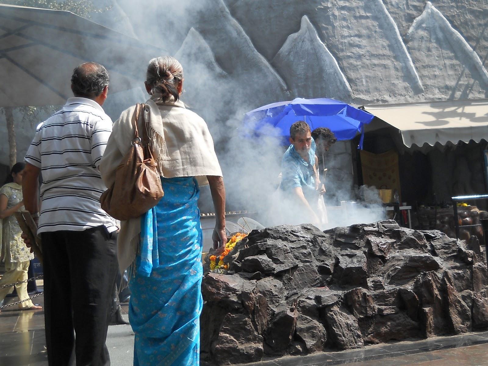 жертвенный костер в храме Шивы в Бангалоре