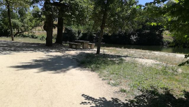 Mesas de Merendas ao lado da Zona Fluvial