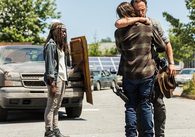 Michonne (Danai Gurira), Carl Grimes (Chandler Riggs) e Rick Grimes (Andrew Lincoln) nell'episodio 1