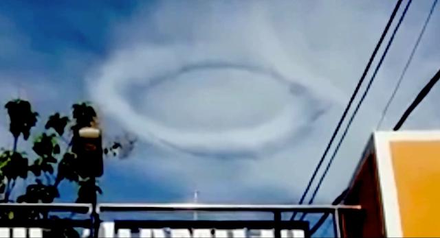 Disco alien hizo un anillo en las nubes sobre la ciudad de Kediri en Java, Indonesia, 30 de noviembre de 2020