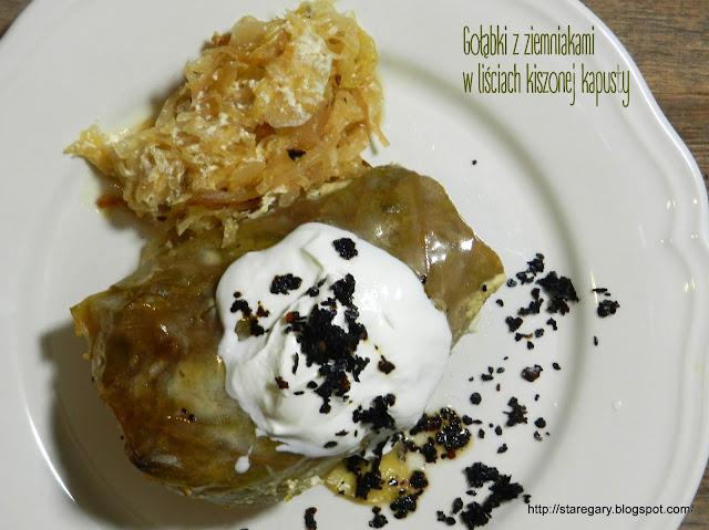 Gołąbki z ziemniakami w liściach kiszonej kapusty